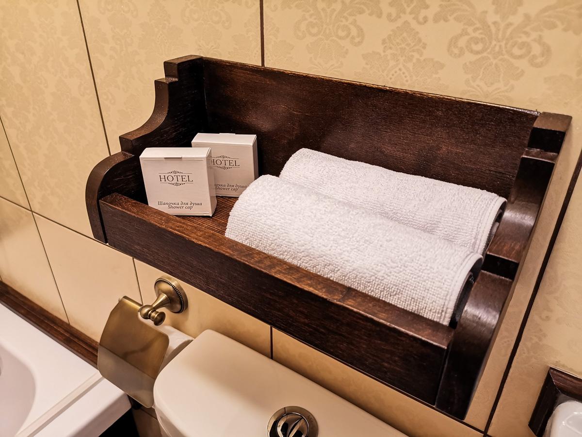 Дополнительные маленькие полотенца и шапочки для душа в ванной номера Стандарт
