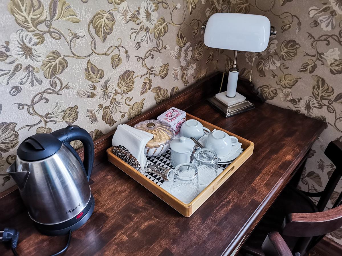 Каждому гостю бесплатный чайный набор. Чай, печенье, сахар