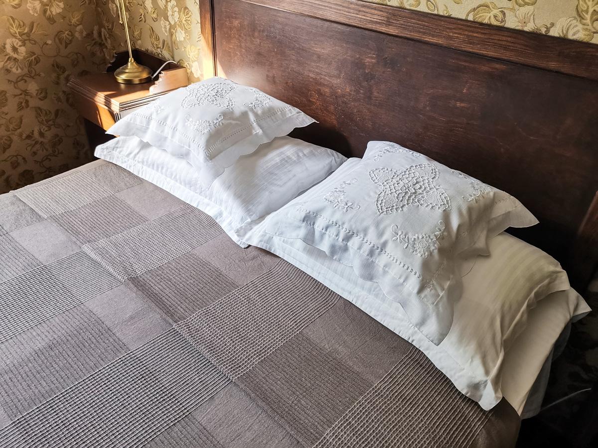 Подушки с красивой вышивкой.