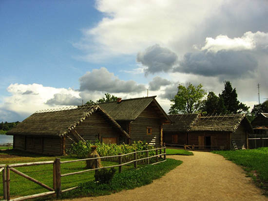 В Пушкинские времена была небольшая деревня Бугрово, недалеко от Михайловского. Ныне это музей под открытым небом