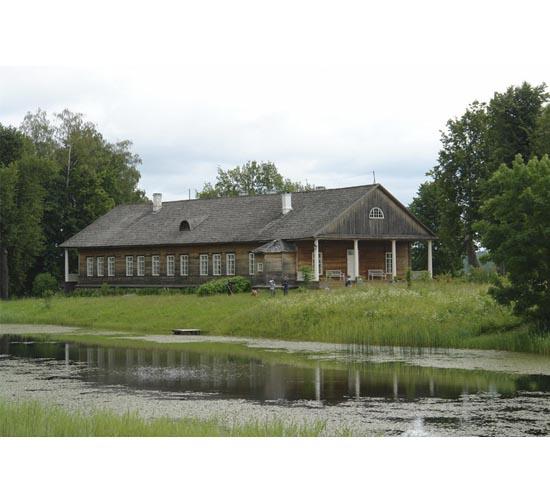 Дом Осипывых-Вульф в Тригорском. Дом расположен в красивом саду около пруда