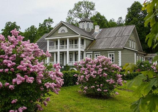 Вид на Дом-Музей Ганнибалов в Петровском из красивого весеннего сада